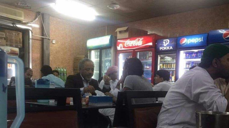 Fahmi surpris dans un restaurant avec une fille