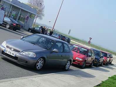 Brochette de Honda il y a quelques ann�es sur la route des runs de Clastres avec entre autres l'ed7 du frangin et la mienne