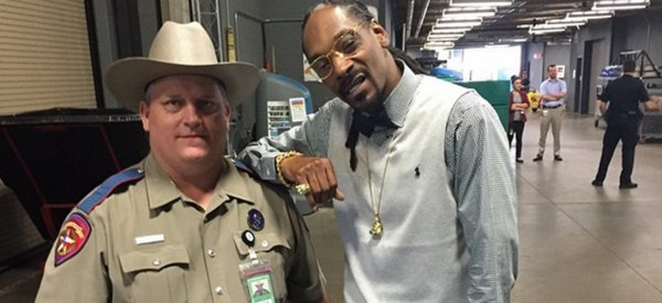 Un policier texan r�primand� � cause d'une photo avec Snoop Dogg sur Instagram !