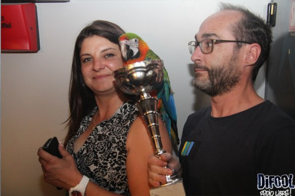 Romano avec Paco le perroquet apr�s sa victoire au Clash de La Drague  !