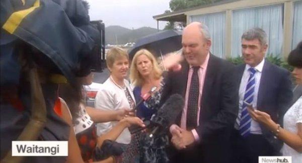 VIDEO - Un ministre n�o-z�landais frapp� au visage par un sextoy !