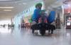 VIDEO - Ils jouent � Mario Kart dans un centre commercial !