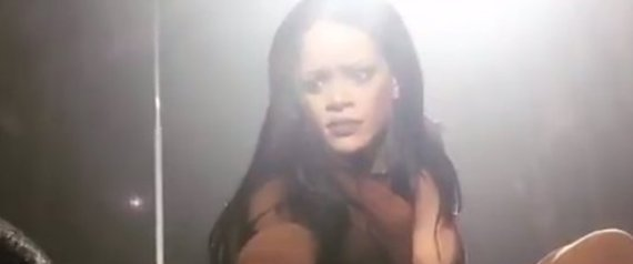 VIDEO - Rihanna bluff�e par un fan pendant son concert !