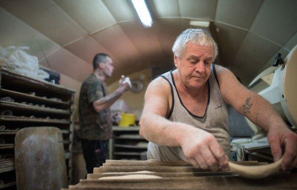 VIDEO - Il donne sa boulangerie au sans-abri qui lui avait sauv� la vie !