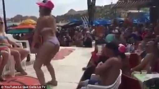 VIDEO - Une prof se l�che sur une plage et doit d�missionner !
