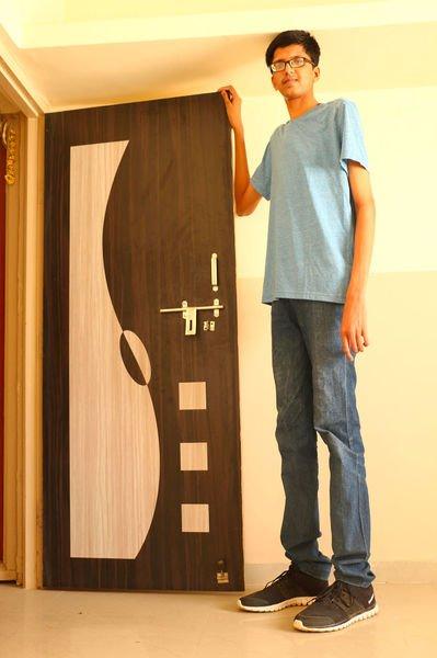 PHOTOS - Cet adolescent de 2 m�tres veut devenir l'homme le plus grand du monde !