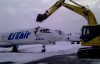 VIDEO - Vir�, l'employ� de l'a�roport se venge en d�truisant un avion � la pelleteuse !