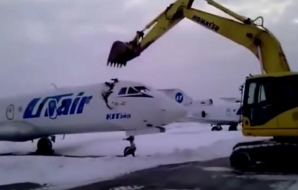VIDEO - Vir�, l'employ� de l'a�roport se venge en d�truisant un avion � la pelleteuse !
