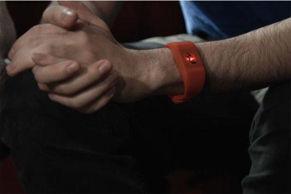 Ce bracelet vous lance une d�charge �lectrique si vous d�pensez trop !