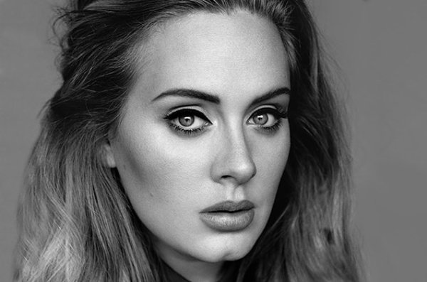 VIDEO - Adele : Agac�e par une fan qui la filme en plein concert !