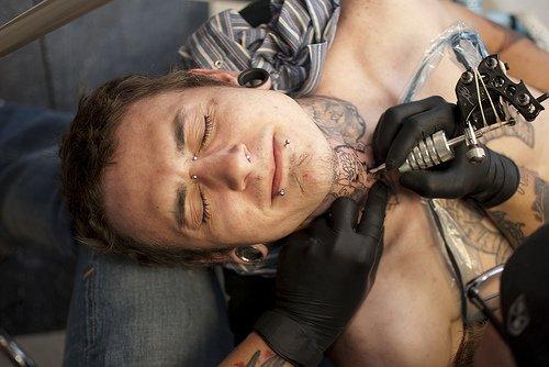 Les tatoueurs en action..