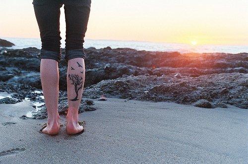 Les tatouages mis en scène .. Où comment faire comprendre d'une façon maladroite que ça faisait des mois qu'elles  trainaient dans un dossier, sans jamais avoir su dans quelle catégorie les placer ><