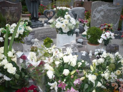 --Photo de la tombe de Gr�gory--