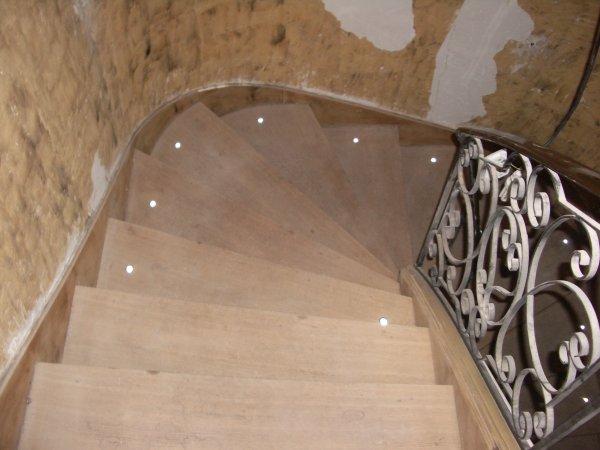nous avons d cap le mur de la cage d 39 escalier et nous avons mis en place l 39 clairage par led. Black Bedroom Furniture Sets. Home Design Ideas
