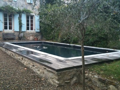 Ici une piscine avec un liner noir et des margelles r alis es sur place en ciment le liner for Liner noir piscine