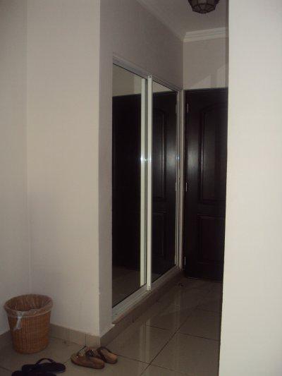 le couloir de l 39 entree avec placard penderie miroir carpe diem cueille le jour pr sent en te. Black Bedroom Furniture Sets. Home Design Ideas