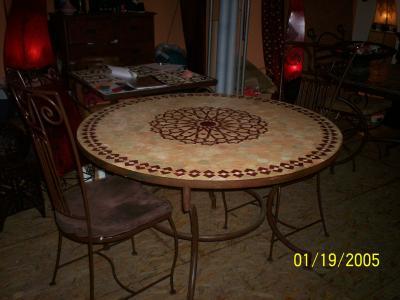 table ronde en mosaiques et pied en fer forge 4 chaises. Black Bedroom Furniture Sets. Home Design Ideas