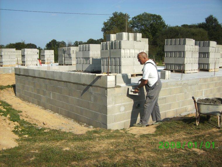 4 septembre 2012 pose 1er rang de parpaing sur colle hydrofuge auto construction de notre maison. Black Bedroom Furniture Sets. Home Design Ideas