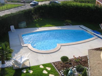Piscine vue d 39 en haut construction de notre piscine for Piscine 8x4 prix