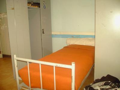 faire un lit au carr arm e table de lit. Black Bedroom Furniture Sets. Home Design Ideas