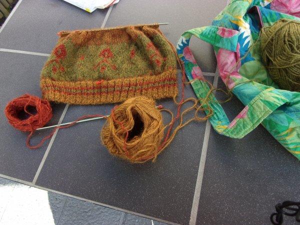 toujours dans les pr�paratifs des cadeaux de No�l , un bonnet assorti au pull que j'ai tricot� pour ma fille, qui le veut long fa�on lutin !!!!