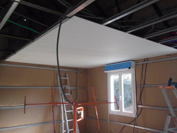 les premieres plaques du plafond notre maison phenix. Black Bedroom Furniture Sets. Home Design Ideas