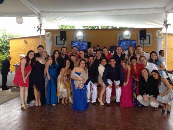 Dulce Mar�a com namorado e amigas em um casamento no M�xico (16.03.13)
