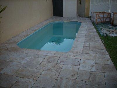Petite t rrasse petite piscine travertin 60 40 travaux for Piscine travertin