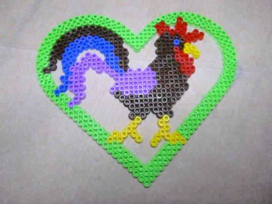 Coq dans un c ur en perles hama pour p ques blog de mes - Coeur perle a repasser ...
