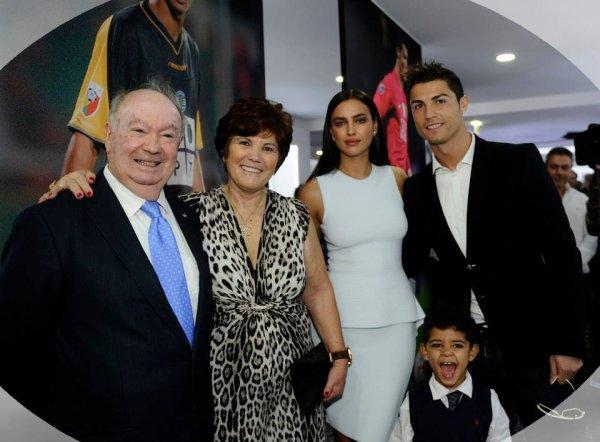 """Le 14 D�cembre: Irina et Cristiano sont arriv� � Madeira sur l'�le du footballeur.  Le 15 D�cembre: Irina et Cristiano se sont rendu en compagnie du fils et la m�re de celui ci � l'inauguration du Mus� """"CR7""""."""