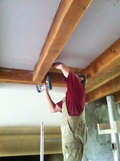 La pose du faux plafond je r nove ma ferme for Peindre un plafond avec des poutres