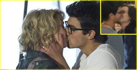 Une fille embrasse une autre fille