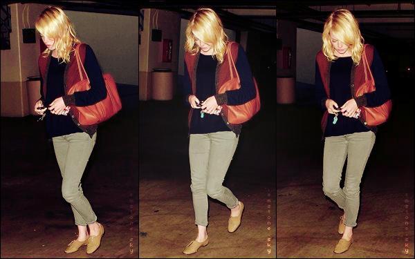 23             Emma, Andrew et un ami sortaient de chez un tatoueur. Emma a l'air en forme, ça fait plaisir! En tout cas, j'aime beaucoup sa tenue!    août     Son sac est aussi superbe et Em arbore un joli sourire! Probablement s'est-elle fait un tatouage...                          Qu'en penses-tu?