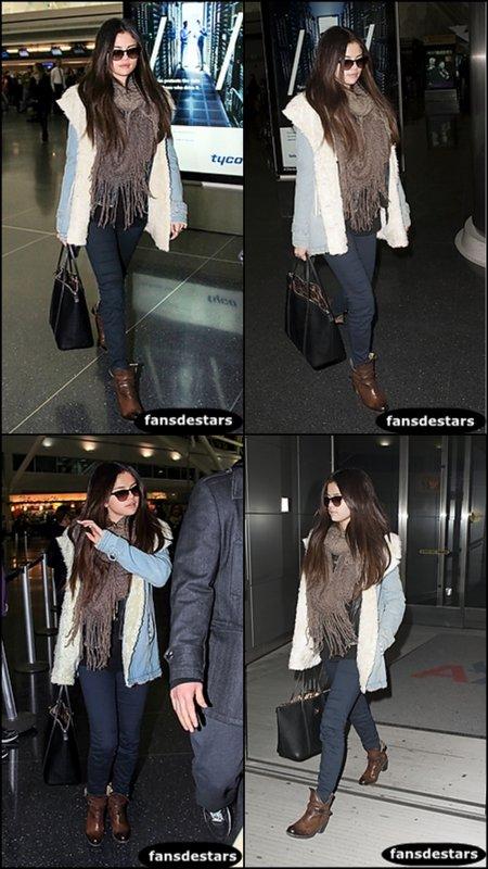 17/01/2013 : Selena arrivant à l'aéroport LAX avec son beau-père pour se rendre a New York.