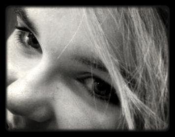 Quand une fille est calme, des millions de choses occupent ses pensées. Quand une fille ne se dispute pas, elle pense profondément. Quand une fille te regarde avec les yeux pleins de questions, elle se demande combien de temps tu resteras près d'elle. Quand une fille répond « ça va » après quelques secondes, elle ne va pas bien du tout. Quand une fille te regarde fixement, elle se demande pourquoi tu es en train de lui mentir. Quand une fille se met sur ton torse, elle espère être tienne pour toujours. Quand une fille veut te voir tous les jours, elle veut être chouchoutée. Quand une fille dit « Je t'aime » elle veut vraiment dire ça. Quand une fille dis « Tu me manques » personne au monde ne peut lui manquer plus que ça .