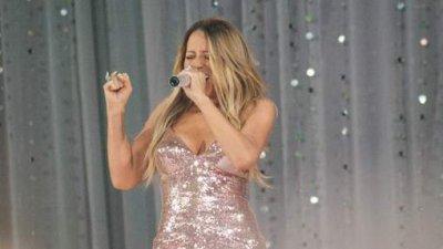 La robe de Mariah Carey craque en direct