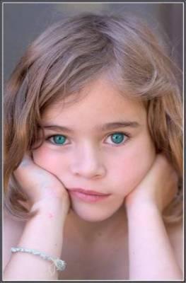 La petite fille au yeux bleu azur lala pouf - Fille yeux bleu ...