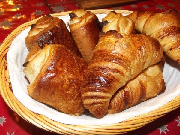 les pains au chocolat pain au chocolat croissants pains au chocolat ...