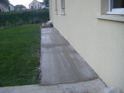 commencement du contour de ciment la construction de On contour de maison en gravier