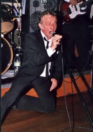 Nous venons d'apprendre la triste nouvelle le  décès de  Daniel Delannoy chanteur des Socquettes blanches , condoléances à sa famille. Repose en paix Daniel