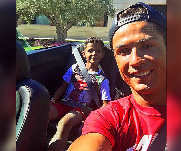 . 07/08/16 - Fin de vacances pour Cristiano Ronaldo qui est rentré chez lui dans son nouveau bolide . Cristiano Ronaldo est rentré plus tot que prévue de vacances, 3 jours avant et en a profité pour aller manger une glace avec Cristiano junior.  .