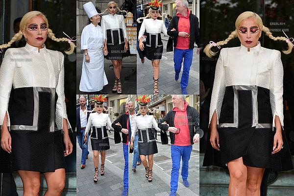 10.06.2015 - Stefani Germanotta sortant de son h�tel � Londres. Une tenue tr�s Gaga, Je suis totalement Fan!  + Lady Gaga le m�me jour se promenant dans Londres apr�s avoir achet� un chapeau dans la boutique de Philip Treacy.