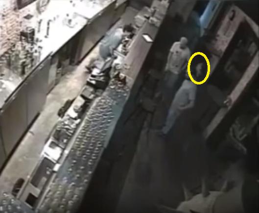 Un fant me film dans un bar singapour paranormal ovni for Fantome dans un miroir
