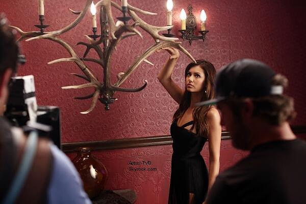 La CW a publi� une toute nouvelle photo BTS du photoshoot de la saison 5. C'est donc une Nina Dobrev ravissante que nous apercevons derri�re l'objectif.