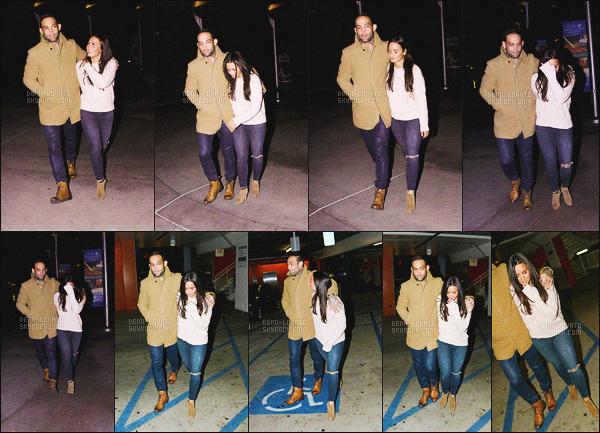 . 02.01.17 — Demi Lovato à été photographié alors qu'elle sortait du cinéma et vue dans les rues de - Los Angeles !   En cette première sortit de la nouvelle année, Demi était en compagnie d'un jeune homme .. Serait-elle séparée de Luke ? Affaire à suivre. .
