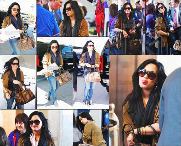 - 15/04/11 : Demi Lovato était à l'aéroport international de « LAX » pour prendre un vol en direction de Chicago !     Demi Lovato et sa famille ont été à Chicago, pour rendre visite à une amie qui était Lauren Martin. J'aime beaucoup sa tenue, un top pour ma part. -