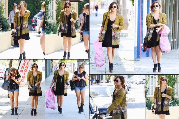 - 30.08.11 — Dem Lovato a été repérée alors qu'elle faisait les boutiques en compagnie d'une amie à Los Angeles !    La jeune D.Lovato était partit faire les courses plus précisément à Sherman Oaks. J'aime trop sa robe et son gilet, ses cheveux son parfait. -