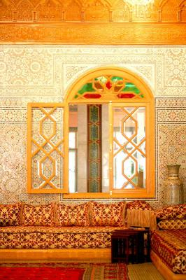 salon marocain traditionnel un artisan du bois gardien des traditions. Black Bedroom Furniture Sets. Home Design Ideas