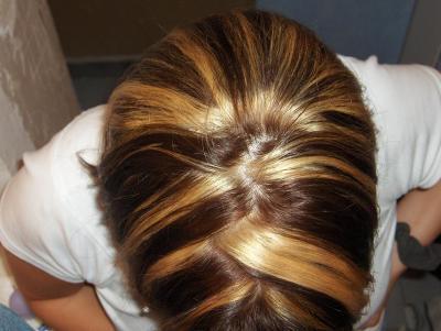 mickette vue de dessus marron et meche blonde modele de coiffure. Black Bedroom Furniture Sets. Home Design Ideas