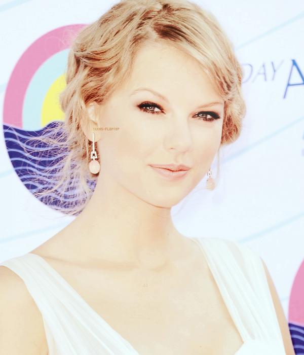 Make Up Girl ~  Cette cat�gorie n'a pas �t� mise � jour depuis longtemps, alors voil�, et c'est Taylor Swift lors des Teens Choice Awards 2012 qui a le privil�ge d'�tre dans cette cat�gorie ~ Vous n'avez peut-�tre pas remarqu� mais le design de la cat�gorie a chang�, j'ai privil�gi� la simplicit� et le coloring au blabla inutile, enfin voil�, Taylor avec un make up plus que naturel, et vraiment magnifique *^* Vous aimez ?